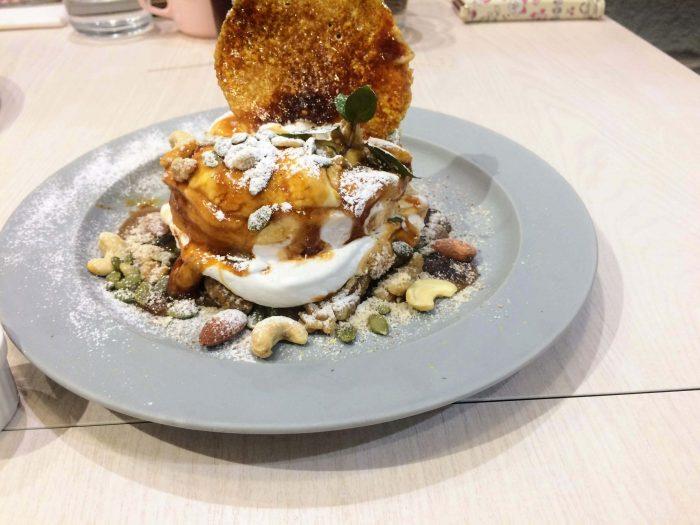 木の実と焦がし塩キャラメルのパンケーキ